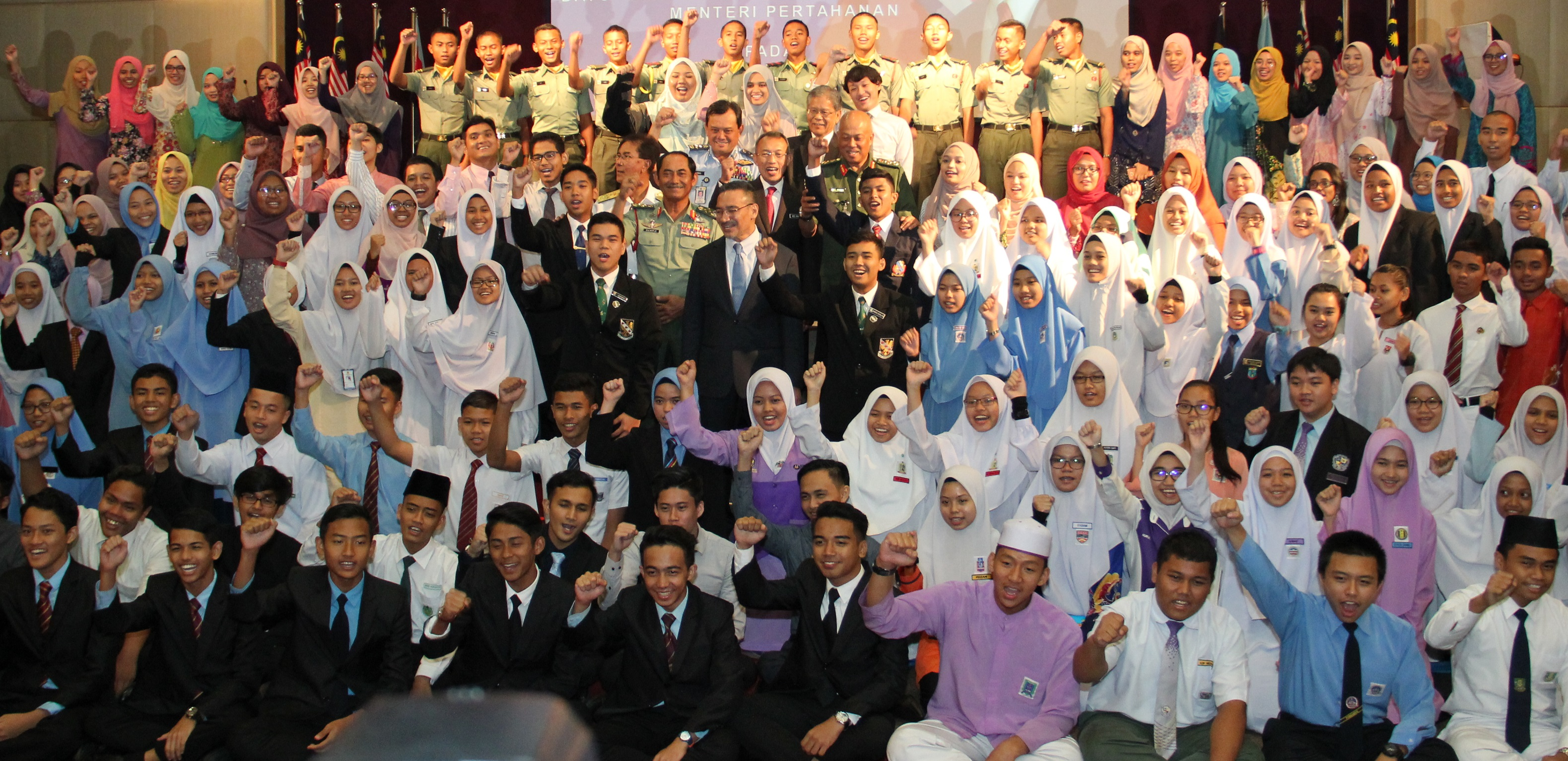 Hishammuddin with 607 recipients of the Education Excellence Award at Wisma Perwira Ministry of Defence in Kuala Lumpur recently.