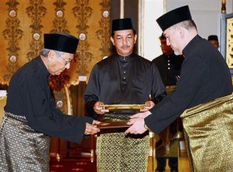 Yang di Pertuan Agong Sultan Muhammad V with DR mAHATHIR foto The Star