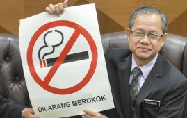 Deputy Health Minister Dr Lee Boon Chye holds a 'No smoking' sign during a press conference in Parliament December 17 2018.Pic by MalayMail