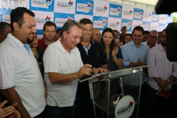 Luis Fernando durante assinatura da ordem de serviços