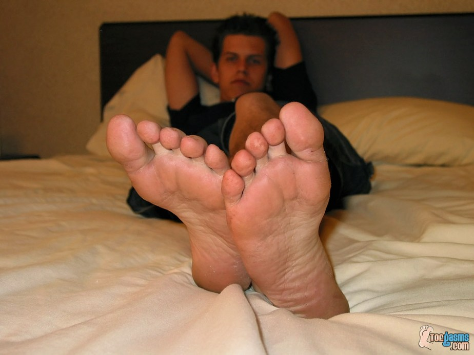 Raven shows off his bare male soles for Toegasms - gay foot porn