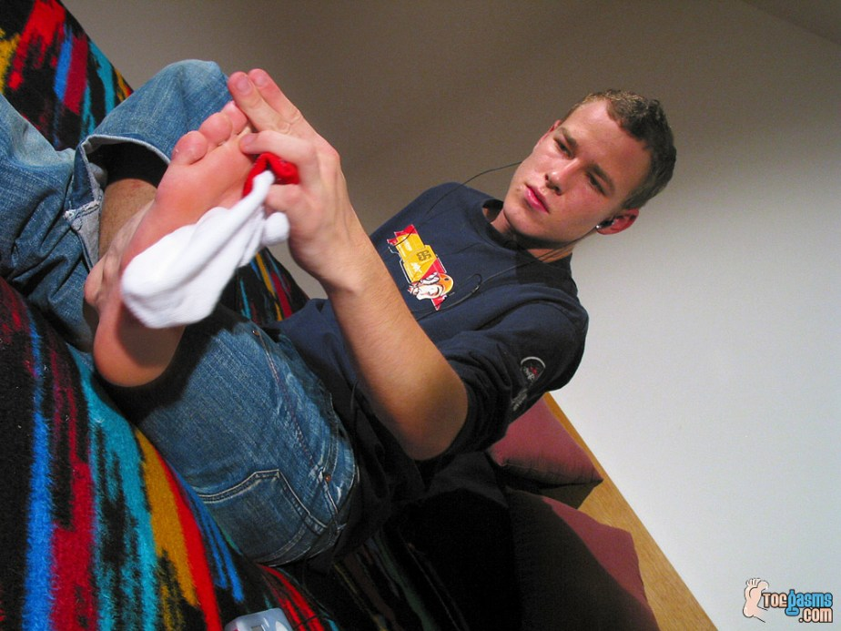 Lukas Cash wipes the sock lint off his male sole for Toegasms - male feet porn