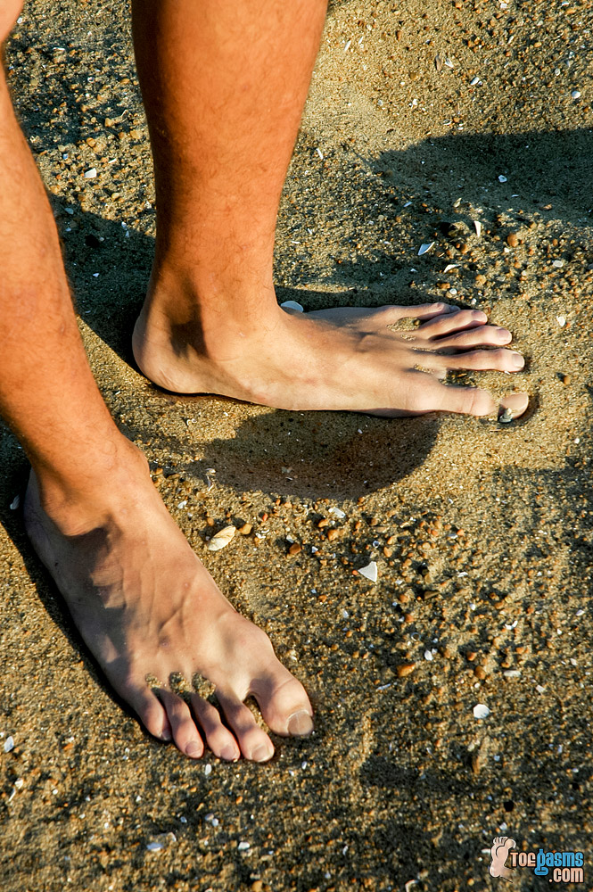 Riley Wiggins puts his toes in the sand for Toegasms - male feet