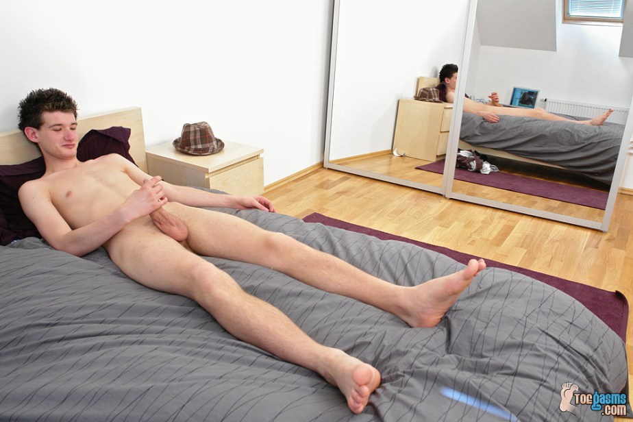 Naked Nate jacks off with his bare feet up on the bed for Toegasms - male feet