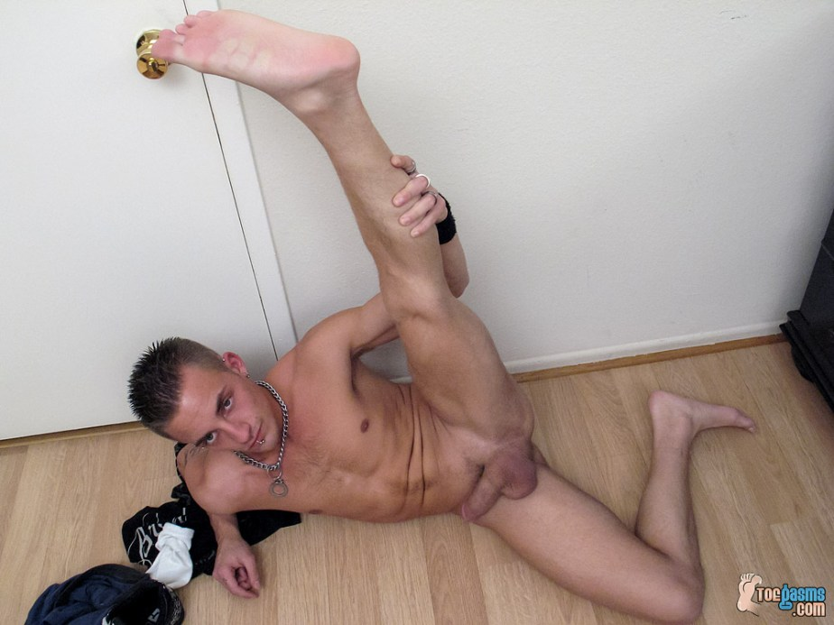 Lyric stretches and puts his bare male sole up in the air for Toegasms