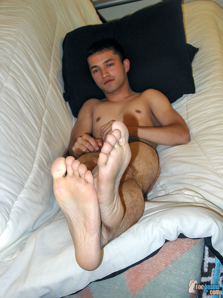 Naked Tony's bare male soles for Toegasms