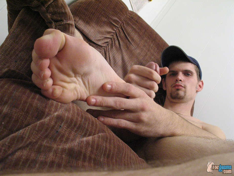 Nolan's bare sole up close while he jacks off for Toegasms