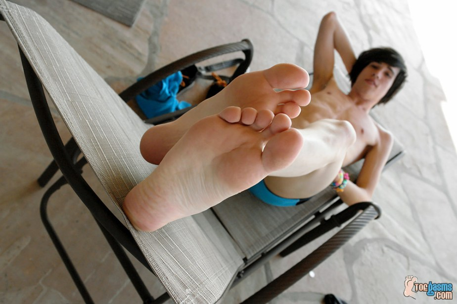 Brendan puts his bare male soles up for Toegasms