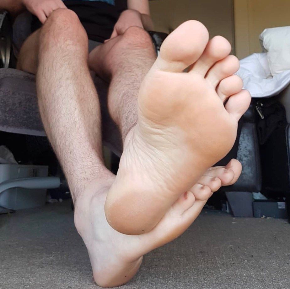 Legs and bare size 13 soles from ftlynx_male_feet