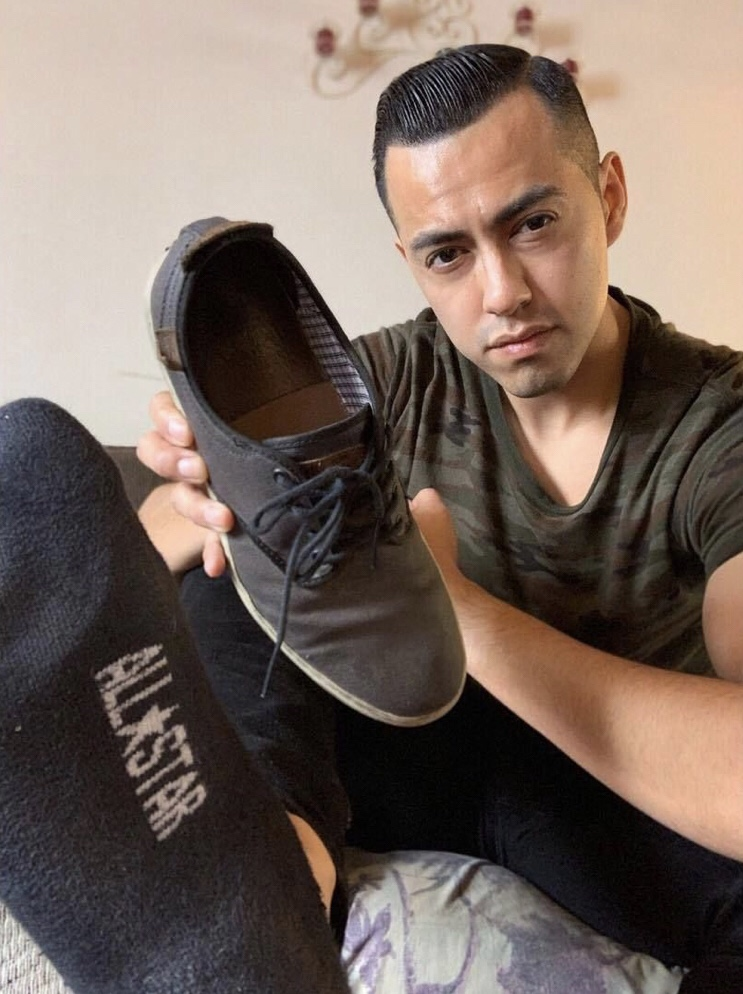 Casteranthony_toes showing off his Vans sneaker and black sock