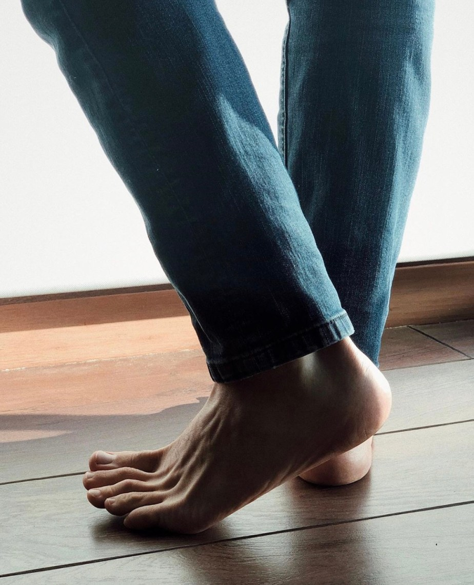 Styleffs barefoot in blue jeans