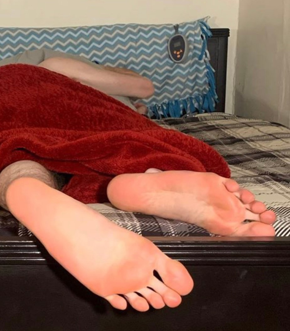 Queerfootboy98's size 13 soles poking out of bed