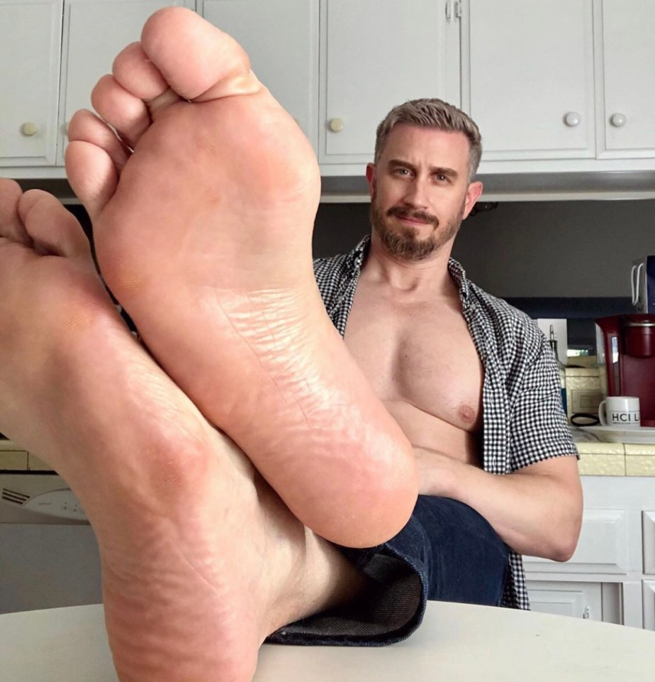 Captainsole_o's bare size 10 soles in the kitchen