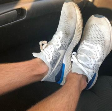 Jakesamazingfeet sockless in Nike sneakers
