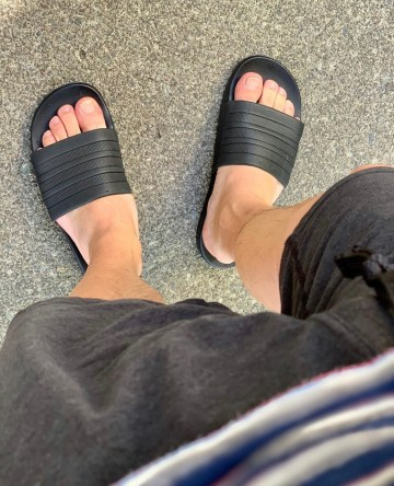 Bro.toes barefoot in slides