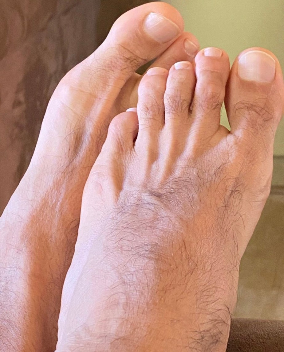 douglassmaxfilt shows off his hairy legs and bare toes