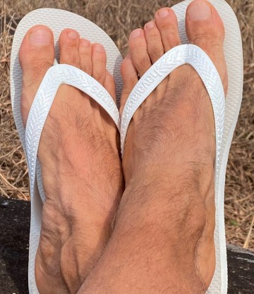 d_max4's bare feet in white Havaianas flip flops