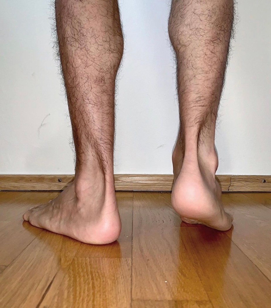 Ilopexfeet shows off his hairy legs and bare feet