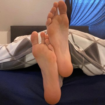 german.male.feet.2's bare size 12 soles at the end of the bed