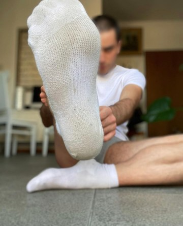 fillme_wfeet peels off his dirty white socks and shows off his bare feet