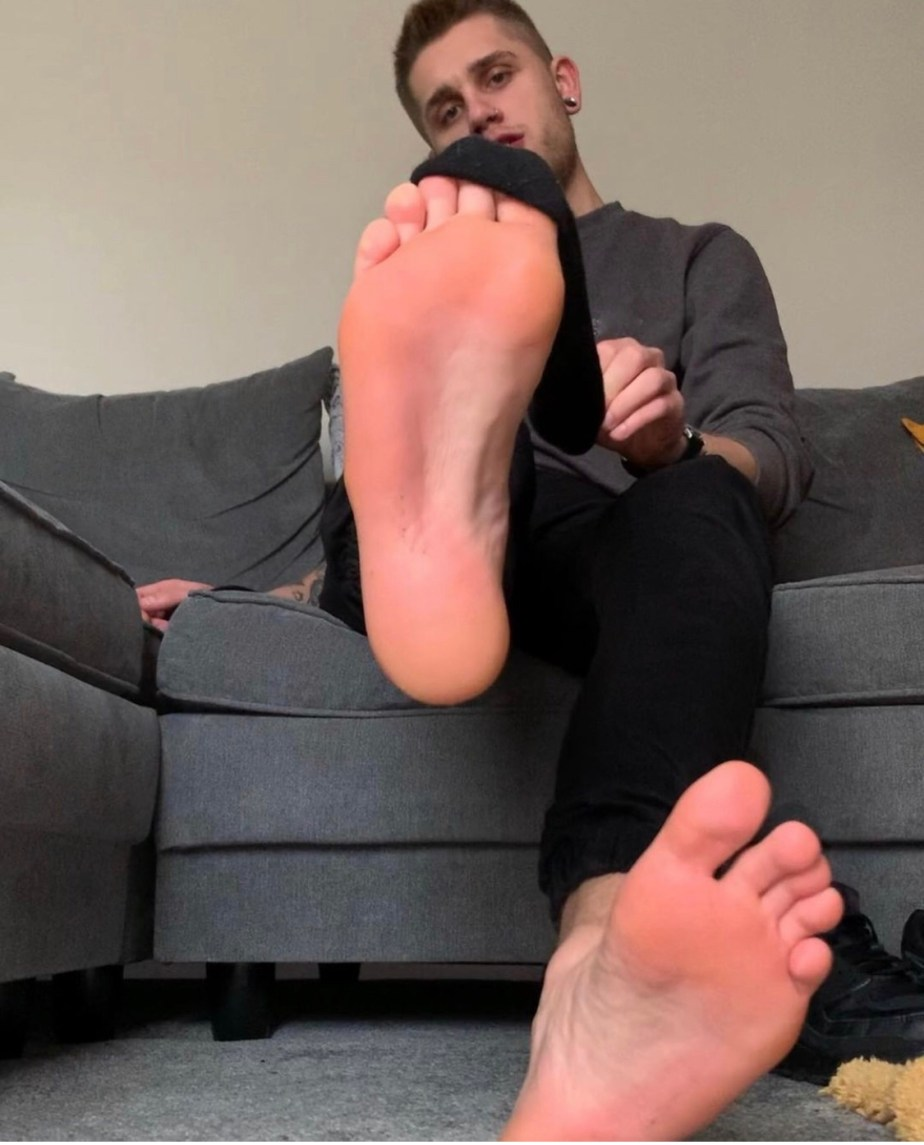 Robs.feet takes off his black Nike sneakers, gives them a sniff, shows off his black socks and peels them off