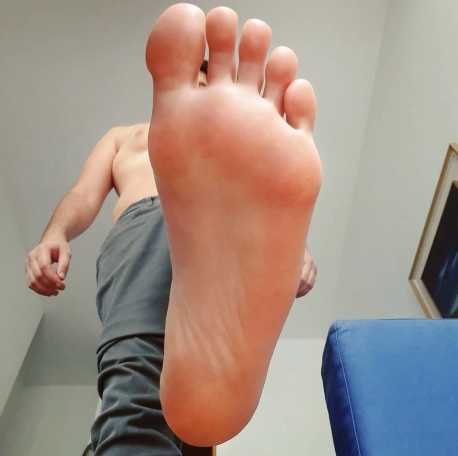 Shirtless justmy_malefeet shows off his size 10 sole