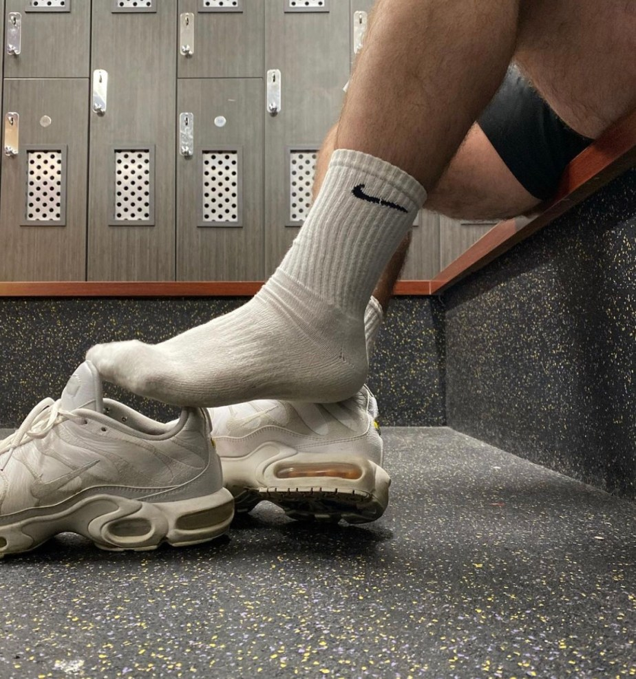 justsockn slips off his Nike sneakers and shows his dirty white Nike crew socks