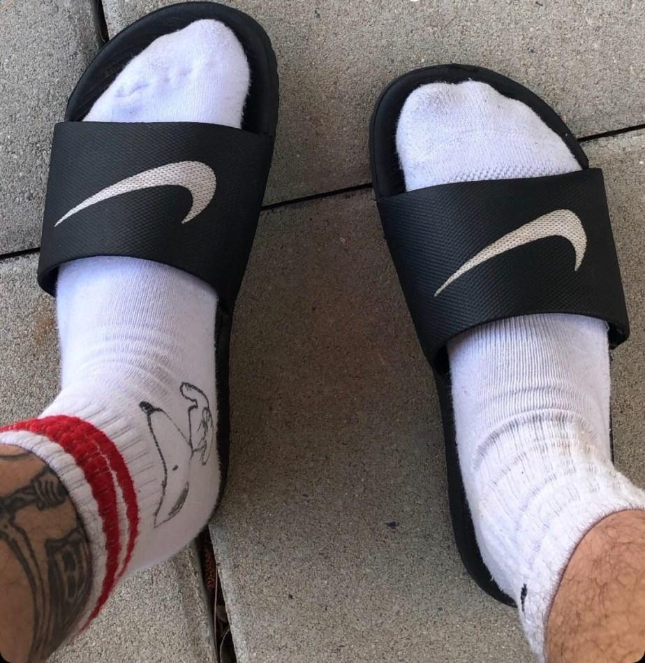 redfootzefff's white crew socked feet in Nike slides