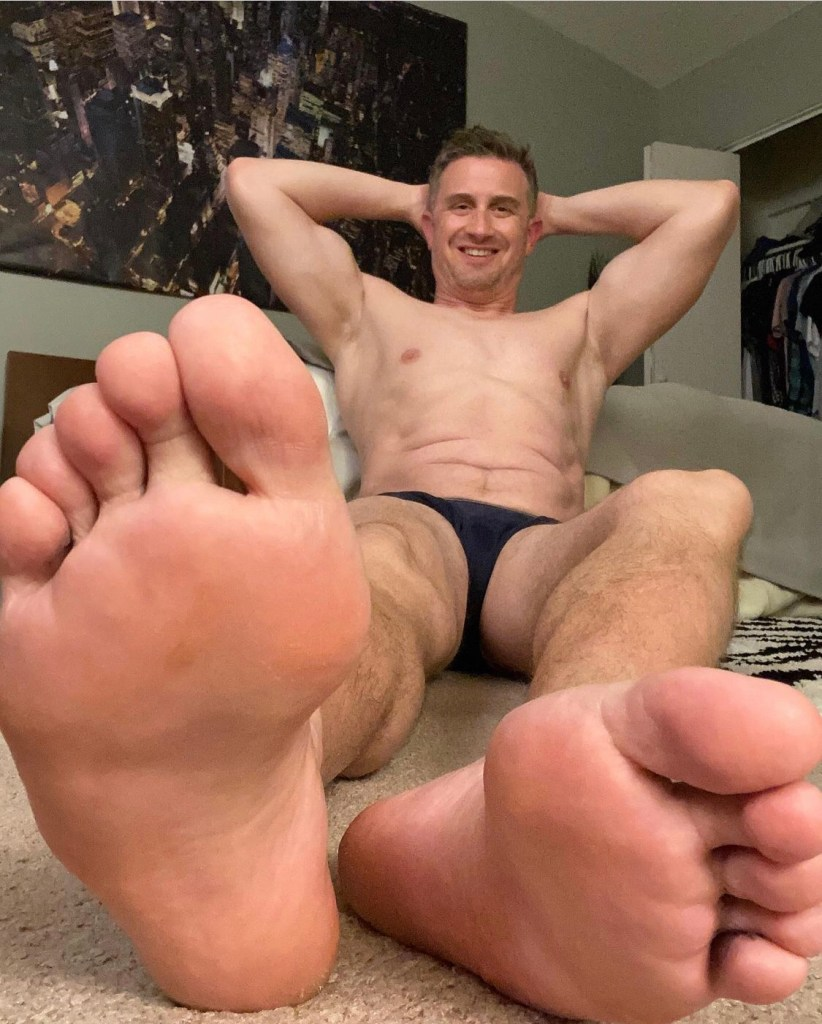Shirtless captainsole_o shows off his armpits and bare soles