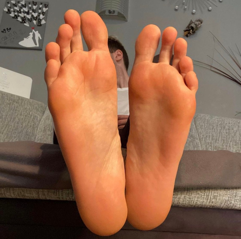 german.male.feet.2's size 12 bare feet and long toes