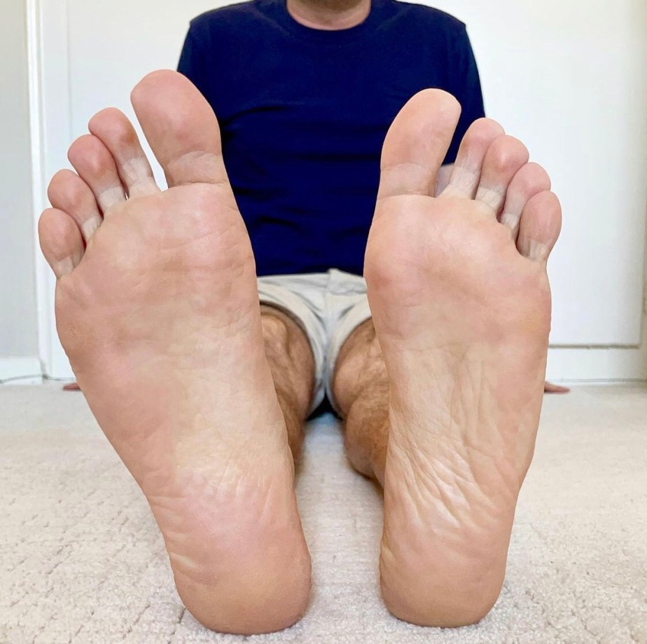 Dudefeet75 shows off his bare size 8 soles