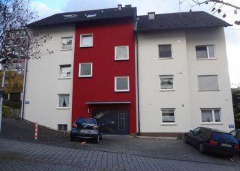 Mehrfamilienhaus mit farblich abgesetztem Treppenhaus