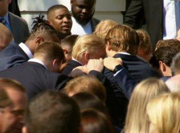 Jugadores visitan la Casa Blanca y oran por el presidente Trump