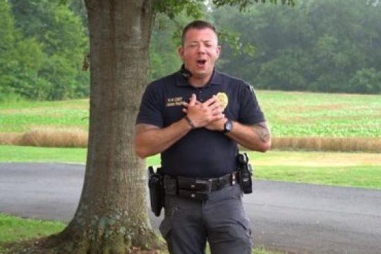 Video de policía alabando a Dios emociona a millones en redes sociales