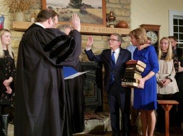 Nuevo gobernador toma posesión de su cargo usando 9 biblias familiares
