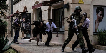 """À Nairobi, une attaque jihadiste dans un complexe hôtelier fait au moins 14 morts : Le président kényan a annoncé que les islamistes shebab qui ont mené l'attaque ont été """"éliminés""""."""