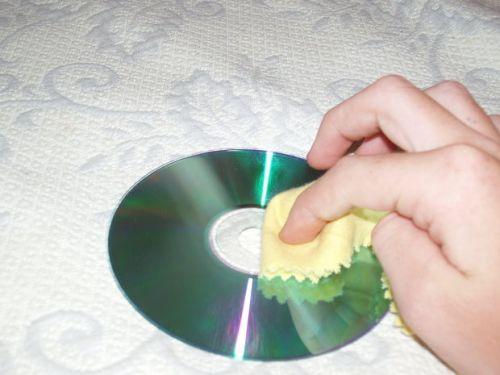 Cara Membersihkan Kepingan CD-DVD