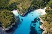 """Menorca, die """"kleine Schwester"""" von Mallorca, besticht mit vielen kleinen Buchten und Stränden, oft gesäumt von Pinienwäldern"""