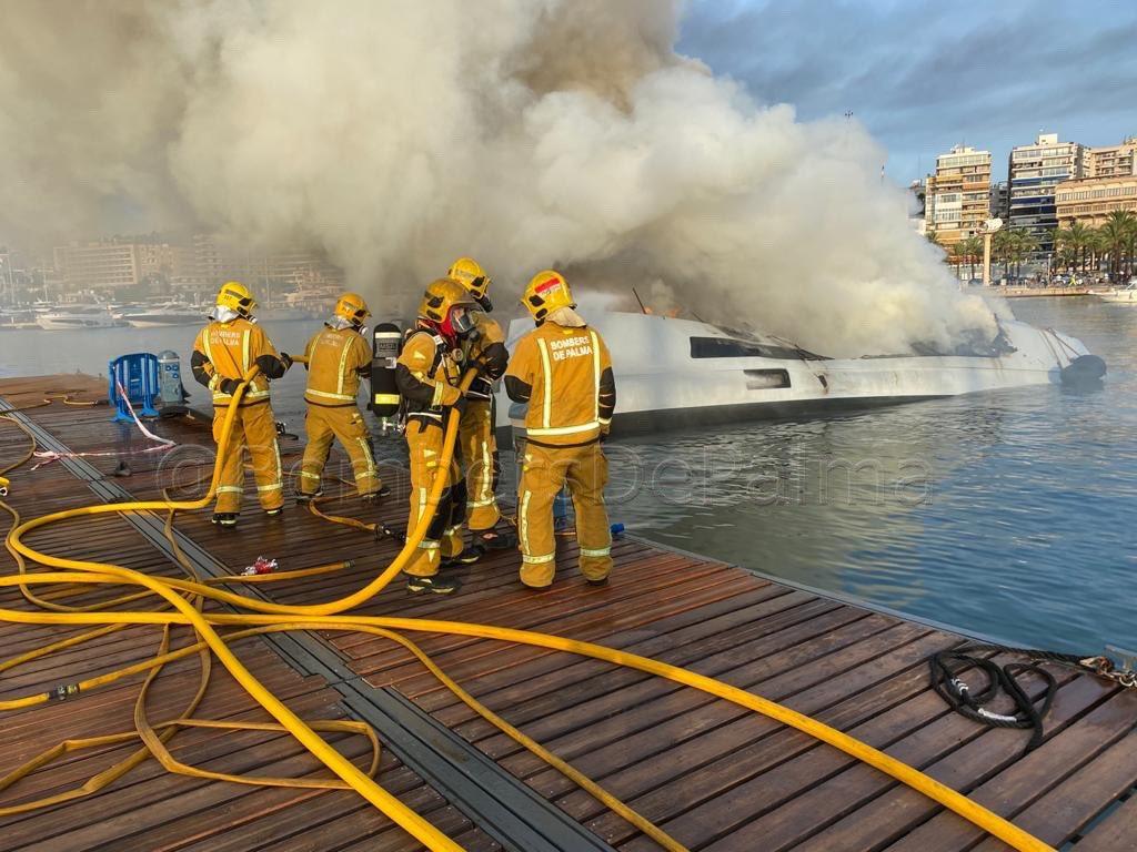 Katamaran in Flammen im Club Náutico Palma
