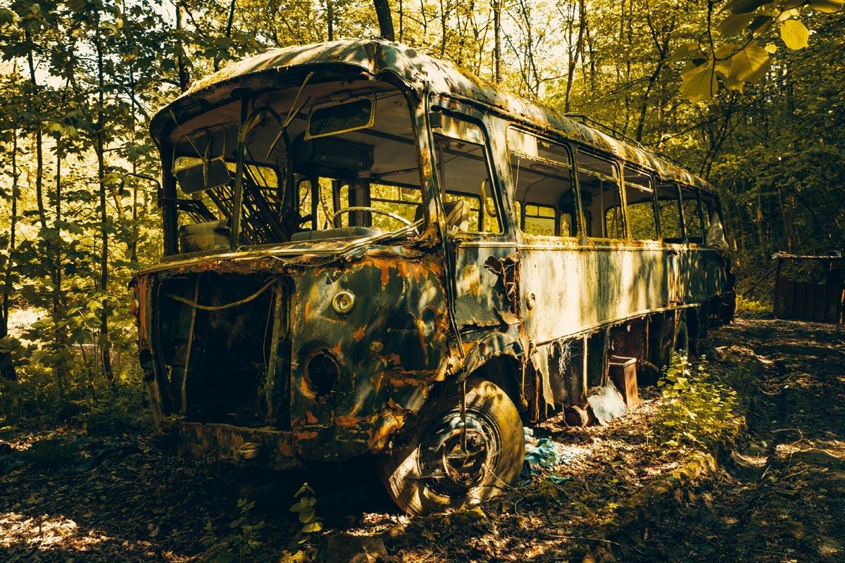Alter verlassener Bus