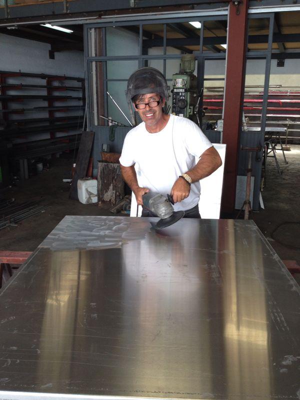Frank Krüger bei der Bearbeitung einer Aluminiumplatte