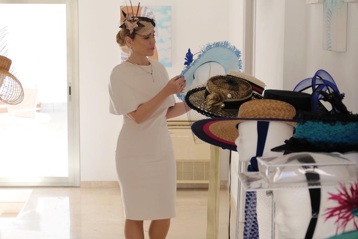 Gräfin von Kinsky inspiziert die Hüte