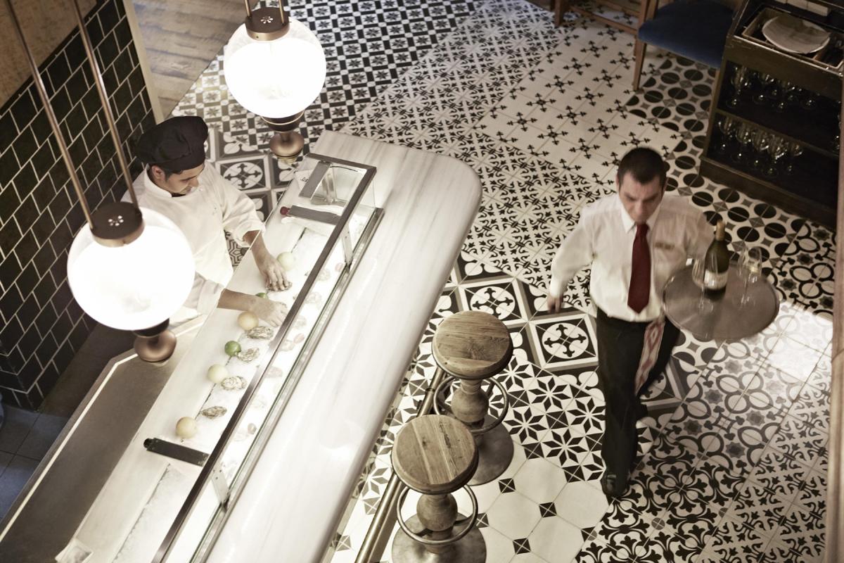 """Das Interieur der """"Raw Top Bar"""" des Hotel Cort in Palma de Mallorca trägt die Handschrift des Designers Lázaro Rosa-Violán © Bildnachweis: Hotel Cort"""