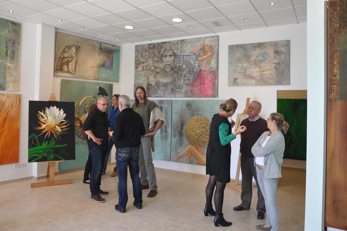 Künstler Jaro Schlesiona und Galerist Helmut Klee im Gespräch mit Ausstellungsbesuchern