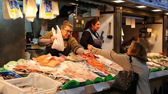 Abseits vom Hotelbuffet haben Mallorcas traditionelle Märkte viele Spezialitäten und Köstlichkeiten zu bieten. Foto: Frank Rumpf/dpa-tmn