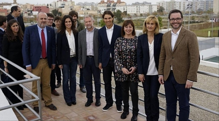 Nadal y Perelló, rodeados de autoridades baleares (Foto: Gob)
