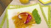 Rote-Bete-Eier mit Kartoffelknusper auf grüner Sauce