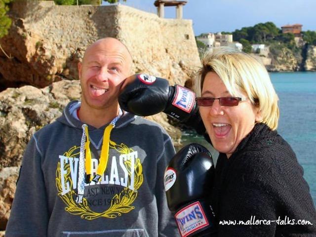 Personal Trainer Marcel und Barbara von Mallorcatalks albern ein bisschen rum