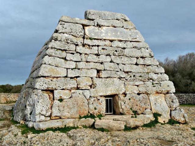 Naveta de Tudons - Menorca