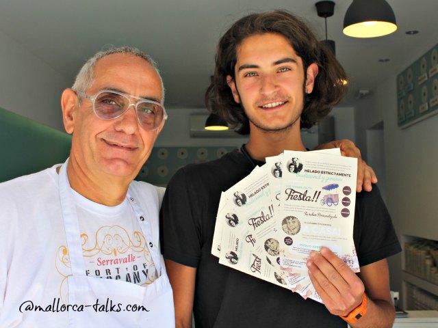 Mateo zeigt die Flyer vom Iannini Sant Augustin